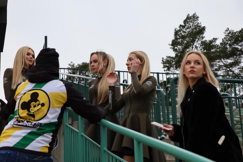 Dziewczyny z grupy Bis Taxi Falubaz Girls upiększają...