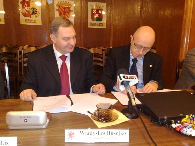 Marszałek Władysław Husejko (z lewej) i burmistrz Jerzy Hardie-Douglas podpisują umowę na dofinansowanie uzbrojenia strefy ekonomicznej w Szczecinku.