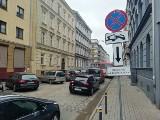 Nielegalne znaki na Komuny Paryskiej we Wrocławiu. Właściciele odholowanych aut mogą żądać odszkodowania