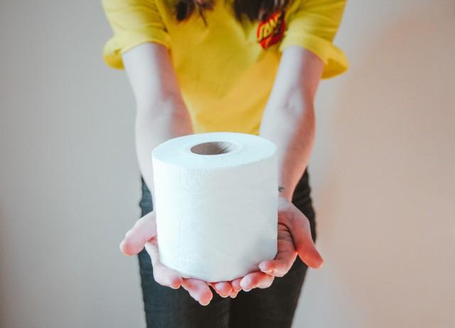 Rolka papieru toaletowego wydaje się absolutnie zwyczajna i pospolita. Tymczasem nie zawsze tak było.
