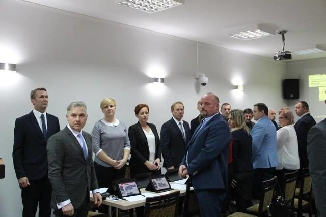 Pierwszą sesję rady gminy w Przytocznej w kadencji 2018-2023 otworzyła radna-seniorka Maria Kuberska. Jej kolejnymi akordami było złożenie ślubowania przez radnych i wójta Bartłomieja Kucharyka.