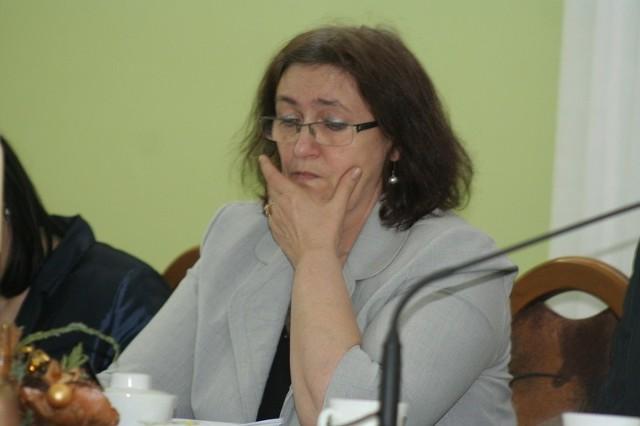 Danuta Brzezińska, skarbnik Urzędu Miasta z przejęciem spoglądała na zaproponowane - i przegłosowane zmiany do budżetu
