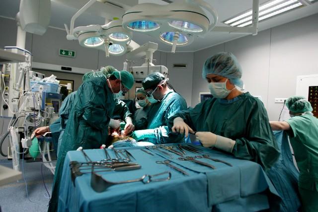 Liczba wykonywanych przeszczepów w kraju z roku na rok jest coraz mniejsza. Świadczą o tym przede wszystkim statystyki, które pokazują, że w 2012 roku liczba przeszczepów w Polsce wynosiła 1500, a w tym roku (do października) przeprowadzono zaledwie 1200 takich operacji.
