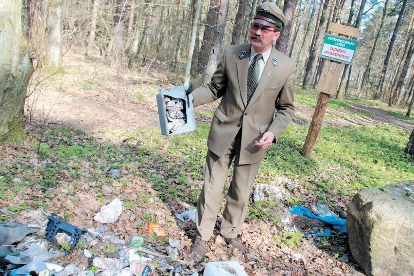 Nadleśniczy Zbigniew Kaczmarczyk pokazuje jedno z dzikich wysypisk.