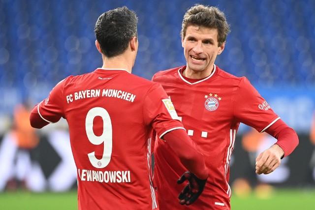 Thomas Mueller (z prawej) jeszcze nie zakończył kwarantanny. Teraz trafił na nią kolejny z graczy Bayernu