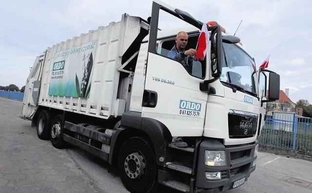 Samochody poznańskich firm wywożących śmieci na znak protestu jeżdżą oflagowane