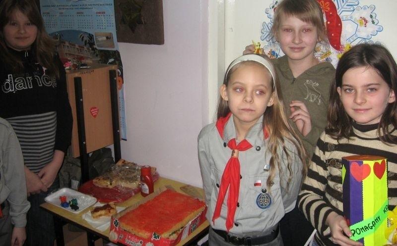 """Klaudia i Amanda z wdziękiem dyrygowały akcją """"Pomoc dla Karoliny"""" w Szkole Podstawowej w Dobrowodzie."""
