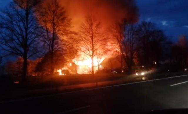 Nocna walka z pożarem w Warszowicach przy DK81. Doszczętnie spłonął dach jednego z budynków