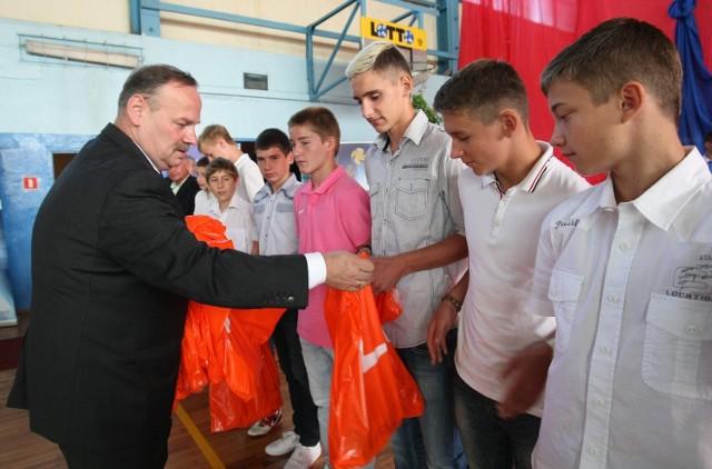Dyrektor SMS Janusz Matusiak wręcza nagrody wyróżniającym się uczniom sportowcom.