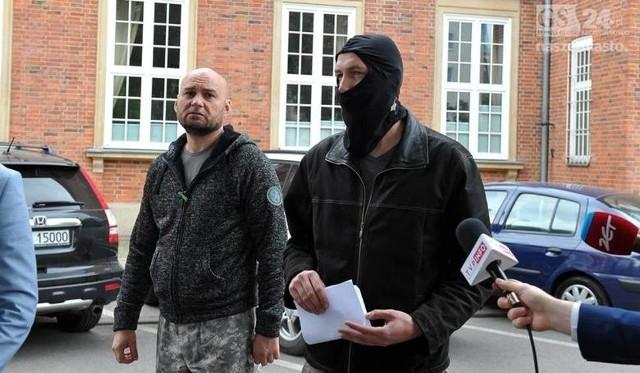 Z prawej Krzysztof O., z lewej Marcin Tomczak, były policjant, który wspiera kolegę