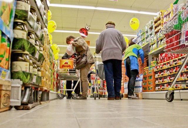 JAK BĘDĄ CZYNNE SKLEPY W SYLWESTRA I NOWY ROK? Sprawdź, do której godziny zrobisz zakupy w sylwestra i w Nowy Rok. Godziny otwarcia Tesco, Biedronka, Lidl, Carrefour, Żabka, Piotr i Paweł w Sylwestra i Nowy Rok.