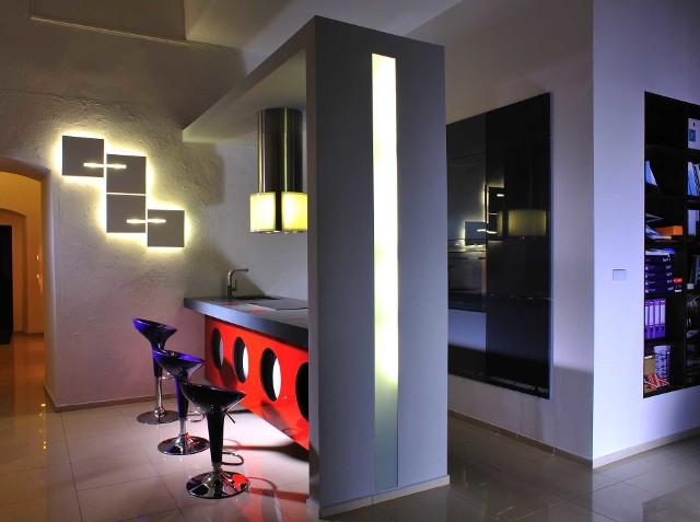 Kinkiety geometryczne Nowoczesne kinkiety rozświetlą mieszkanie, ale nadadzą mu też niebanalnego charakteru. Pamiętajmy jednak, by oświetlenie wybierać zgodnie ze stylem mieszkania.