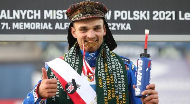 Bartosz Zmarzlik ma upragniony i długo wyczekiwany tytuł indywidualnego mistrza Polski. Po złoty medal sięgnął w dziesiątym turnieju finałowym w swojej karierze, a piątym rozgrywanym w Lesznie. W niedzielę (11 lipca) lider Stali Gorzów w finałowym wyścigu popisał się żużlowym majstersztykiem na wyjściu z drugiego wirażu i w okamgnieniu przebił się z pozycji czwartej na pierwszą. Zmarzlik w swoim dorobku ma też trzy srebrne medale IMP, które wywalczył w sezonach 2015, 2019, 2020. Jak spisywał się w poszczególnych turniejach? Sprawdź w naszej galerii zdjęć! >>>>>