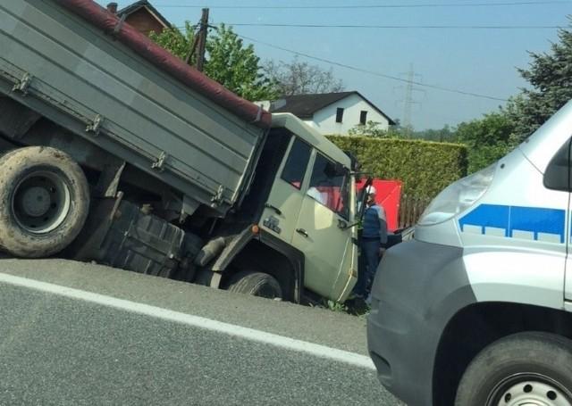 Wypadek w Bąkowie. Ciężarówka wpadła do rowu