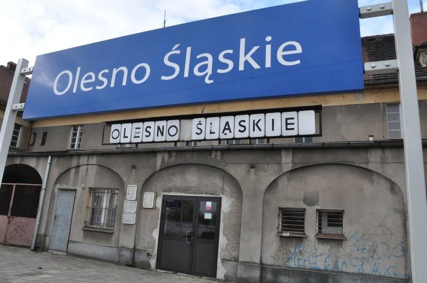 Dworzec kolejowy w Oleśnie z tablicą przypominającą...