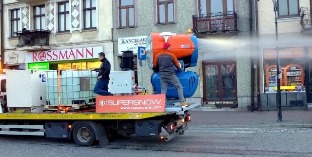 Po raz pierwszy praca armatki do dezynfekcji ulic została zaprezentowana w Nowym Targu pod koniec marca