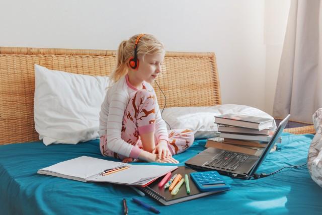 Czas pomyśleć o wyposażeniu dziecka do szkoły. Pieniądze na wyprawki płyną na konta rodziców od 22 lipca. Wszystko zależy od daty złożenia wniosku.