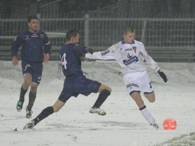 Przemysław Kaźmierczak (mija obrońcę Odry Marcina Dymkowskiego) był w rundzie jesiennej najlepszym piłkarzem Pogoni.