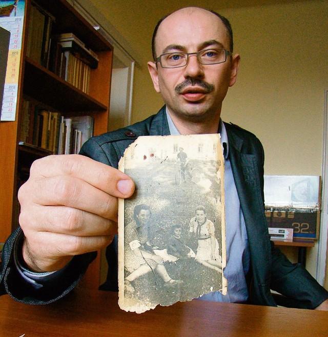 Dr Mateusz Szpytma prezentuje fotografię znalezioną w domu Ulmów, na której widać ślady krwi  osób rozstrzelanych w 1944 r. przez Niemców