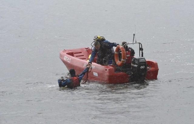 W Nowym Dębcu (powiat kościański) w niedzielę przewrócił się katamaran. Płynący nim mężczyzna z dwójką dzieci wpadli do wody. Na ratunek wezwano strażaków. Zobacz więcej zdjęć ----->