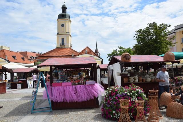 Rynek Kościuszki. Jarmark wiosenny. Stoiska przed Ratuszem pełne są rękodzieła, słodkości i przysmaków kuchni regionalnej