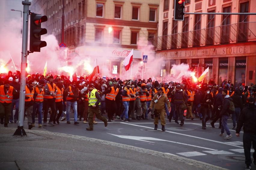 Marsz Niepodległości. Kibice na ulicach Warszawy. Doszło do starć, grupy chuliganów zaatakowały policjantów 11.11