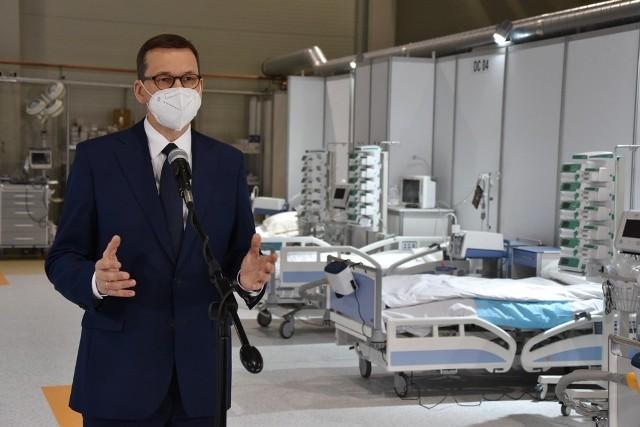 Wizyta premiera Mateusza Morawieckiego w szpitalu tymczasowym w hali EXPO w Krakowie