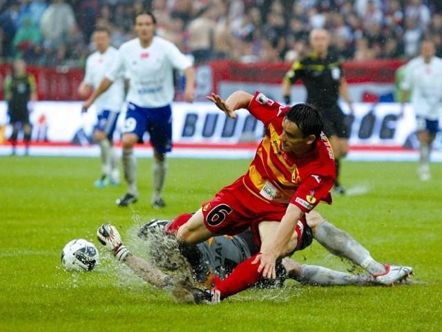 Dawid Plizga (nr 6) i jego koledzy z Jagiellonii już w Bielsku-Białej mogli zdobyć pierwszy komplet punktów. Oby ta sztuka udała się żółto-czerwonym w sobotę.