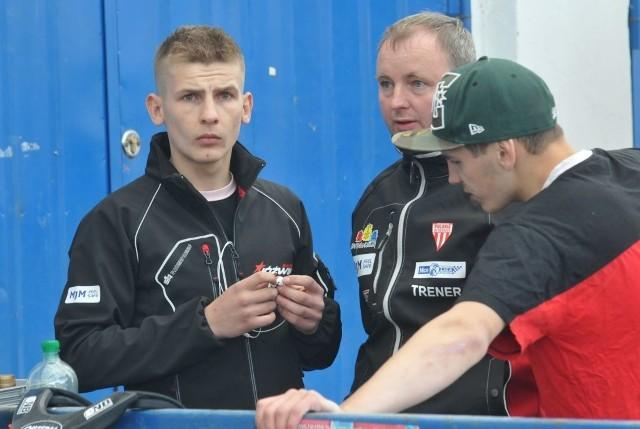 Już czas na męską rozmowę trenera Woźniaka z Karolem Jóźwikiem (z lewej) i Bartoszem Bietrackim.