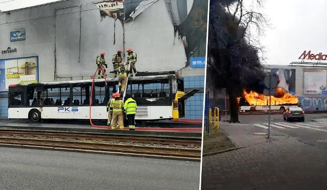 Po dotarciu na miejsce strażacy zastali rozwinięty pożar autobusu PKS