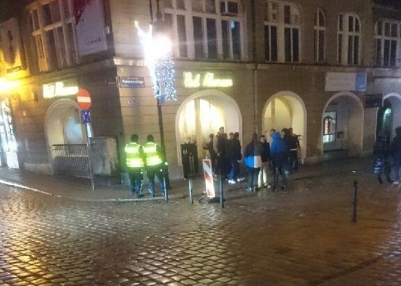 Zero tolerancji na Starym Rynku. 74 policjantów w akcji - 5 zatrzymanych osób