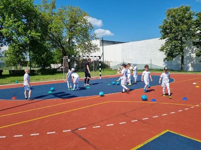 Dzieci poznają sport przez zabawę. Trenują nie tylko ciało, ale i umysł