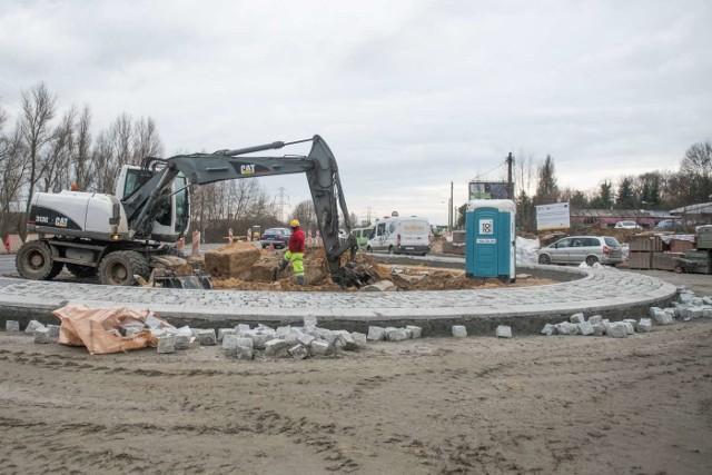 Widoczny jest już zarys pierwszego z dwóch rond, które powstaną na Gdyńskiej. Jest ono budowane na skrzyżowaniu z Poznańską