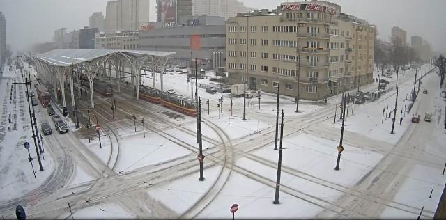 Skrzyżowanie al. Kościuszki z al. Mickiewicza- Sprzęt zimowy pracuje cały czas, odśnieżając i posypując nawierzchnie. Pługosolarki będą jeździć w trybie ciągłym z przerwami tylko na uzupełnienie paliwa i mieszanki do posypywania dróg, jednak wciąż pada śnieg, a silny wiatr nawiewa go na drogi - oinformowała o godz. 8.30 Monika Pawlak z biura prasowego UMŁ.Do utrudnień spowodowanych przez warunki atmosferyczne doszło także kilka zdarzeń drogowych:- Tuż przed godz. 10 uszkodzony pojazd ciężarowy na ul. Przybyszewskiego przed skrzyżowaniem z al. Śmigłego-Rydza zablokował wjazd na skrzyżowanie od strony placu Reymonta.- Ok godz. 10.30 uszkodzony pojazd ciężarowy na al. Piłsudskiego przed skrzyżowaniem z ul. Przędzalnianą zablokował prawy pas ruchu w kierunku Widzewa. - Po godz. 9 doszło do kolizji na al. Jana Pawla II, za skrzyżowaniem z ul. Obywatelską. Zablokowany był prawy pas ruchu w kierunku ul. Wróblewskiego. - Ok. godz. 7.30 uszkodzony pojazd na skrzyżowaniu al. Piłsudskiego / ul. Sienkiewicza utrudniał wjazd do tunelu trasy W-Z w kierunku Retkini.- Mniej więcej o tej samej porze uszkodzony pojazd ciężarowy na ul. Legionów przed skrzyżowaniem z al. Włókniarzy zatrzymał się na prawym pasie ruchu w kierunku ul. Kasprzaka. Zobaczmy, jak zaśnieżona Łódź wyglądała w kamerach TV TOYA.