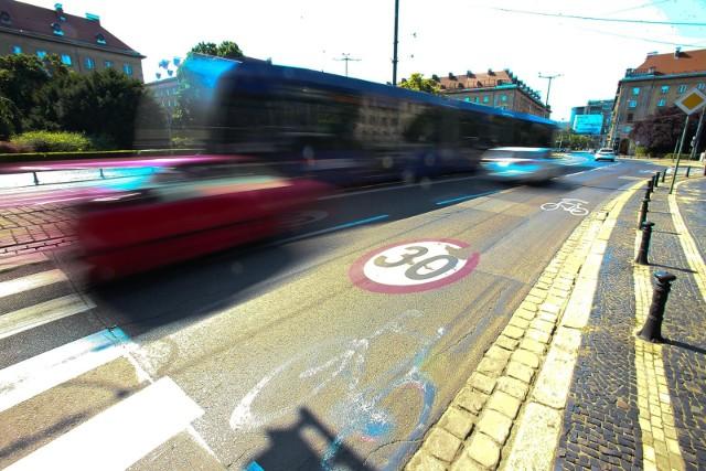 Według danych publikowanych przez policję, liczba wypadków komunikacyjnych w ruchu drogowym, a także liczba osób rannych i zabitych w takich wypadkach na przestrzeni kilkunastu lat regularnie spada. Zaostrzenie taryfikatorów ma sprawić, że uczestnicy ruchu drogowego będą czuć się bezpieczniej.Przejdź do galerii --->