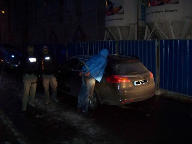 Funkcjonariusze KAS z Łodzi zatrzymali 46-letniiego szefa mafii paliwowej, który ukrywał się przez pół roku