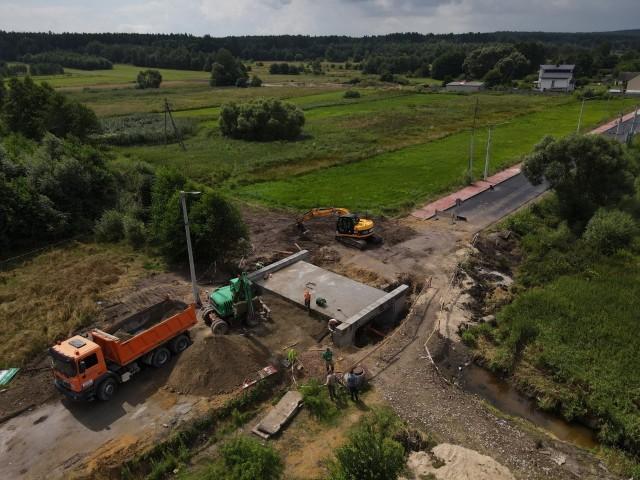 Istotnym elementem zadania jest przebudowa mostu na odcinku drogi prowadzącej do Babia.
