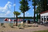 Plaża nad jeziorem Szarcz w Pszczewie lśni. Piasek, jak nad morzem. Restauracje i bary o europejskim standardzie.  Także toalety…