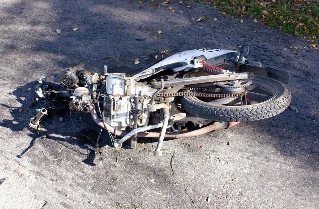 Ratownicy reanimują motocyklistę