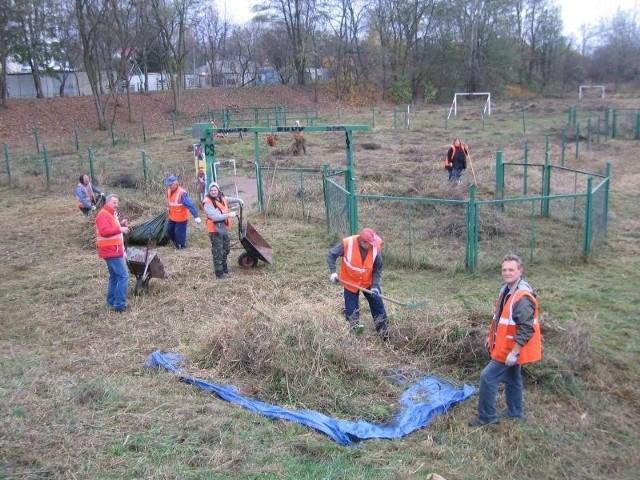 Ścięte badyle robotnicy zbierali w brezentowe plandeki i ładowali do samochodu. Przy okazji zebrali śmieci z terenu psiego parku.