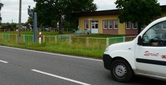 W Krąpielu maszt na fotoradar stanął w środku miejscowości. Przy drodze krajowej numer 10, w sąsiedztwie świetlicy, w której mają zajęcia dzieci.