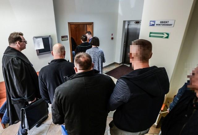 Sędzia Małgorzata Grzelska wyznaczyła wczoraj na 25 maja kolejny termin w sprawie trzech mężczyzn oskarżonych o dostarczanie narkotyków do agencji towarzyskiej na bydgoskich Jarach.