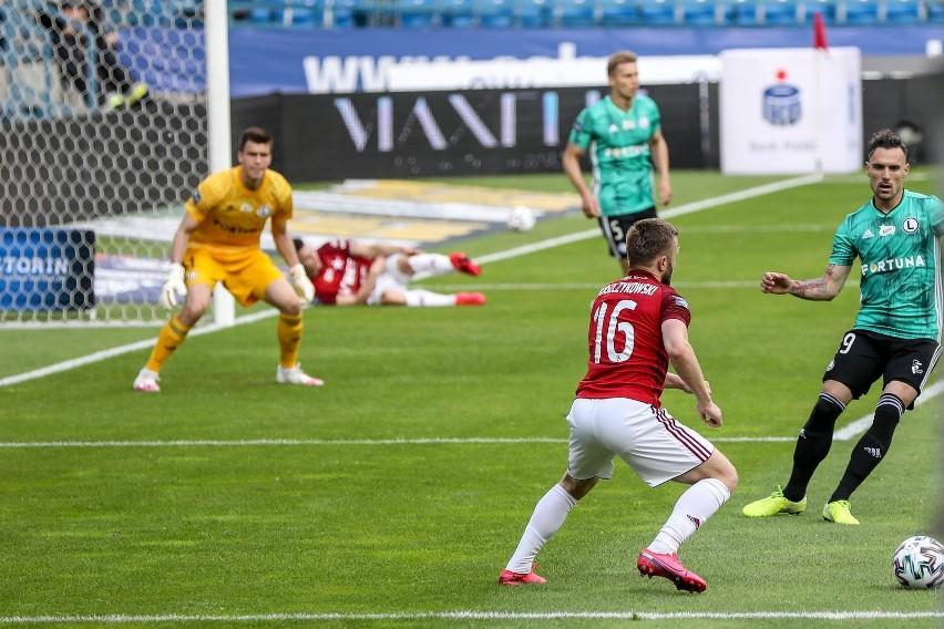 Legia dojechała w przerwie. Dwa gole Pekharta