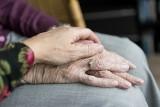Jak pomóc chorym na Alzheimera w czasie pandemii? Izolacja i beczynność pogłębiają objawy