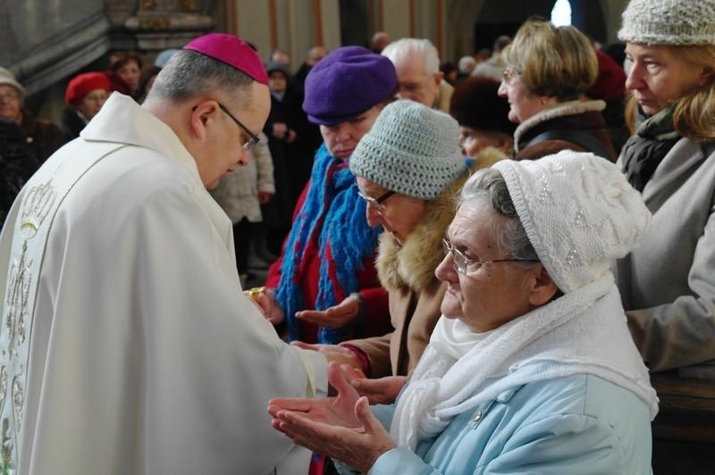 Biskup opolski Andrzej Czaja odprawił mszę św. w katedrze opolskiej w intencji chorych i cierpiących i udzielił wszystkim chętnym sakramentu chorych.
