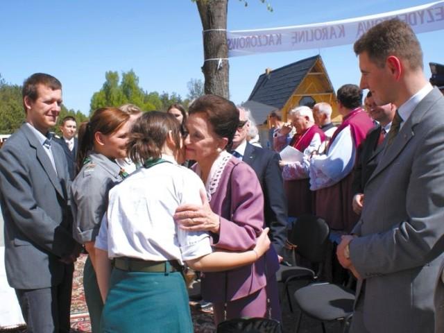 Harcerstwo i ojczyzna to były dwie wielkie pasje prezydenta Ryszarda Kaczorowskiego - na zdj. Karolina Kaczorowska wita się z harcerzami