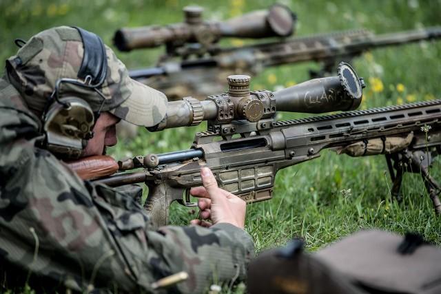 """Pod koniec czerwca toruńskie Centrum Szkolenia Wojsk Obrony Terytorialnej zorganizowało """"Kurs doskonalący instruktorów strzelców wyborowych"""". Uczestniczyło w nim dziewiętnastu wyselekcjonowanych strzelców wyborowych, którzy pełnią funkcję  instruktorów w brygadach OT. - Nabyte podczas szkolenia umiejętności przekażą oni strzelcom wyborowym żołnierzom-ochotnikom. Był to pierwszy tego typu kurs zorganizowany przez Centrum Szkolenia WOT, powstał on w odpowiedzi na potrzeby instruktorów strzelców wyborowych i miał on na celu rozwijanie i doskonalenie ich umiejętności – informuje Sumita Mira Morzyńska, Rzecznik prasowy Centrum Szkolenia Wojsk Obrony Terytorialnej."""