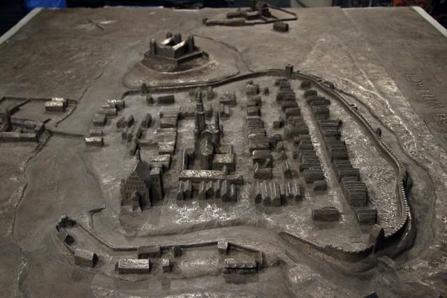 Schemat miasta z XVII w waży około 300 kg. Gracjan Kaja, artysta, który wykonał makietę, zapewnia, że wytrzyma ona trudne warunki atmosferyczne