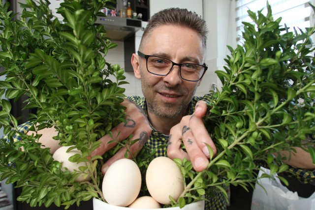 Jajka faszerowane wędzonką i chrzanem, żurek na białej kiełbasie z jajkami faszerowanymi, to tylko niektóre przepisy polecane przez znanego kieleckiego kucharza Tomasza Pawluska.Jajka są jednym z podstawowych składników w kuchni, na bazie których możemy przygotować mnóstwo ciekawych potraw.- Można je wykorzystać na naprawdę wiele sposobów. Ich plusem jest też to, że są tanie i łatwo dostępne, więc warto ich używać w kuchni na każdą okazję. Nie tylko na Wielkanoc - mówi Tomasz Pawlusek, kielecki kucharz.Tomasz Pawlusek podzielił się z nami swoimi pomysłami na wielkanocne potrawy z jajek. Jajka faszerowane wędzonką i chrzanemSkładniki: 5-10 sztuk jajekkiełbasa wędzona, lekko podsuszona - 0,25 kg100 gramów chrzanu1 pęczek szczypiorkusól i pieprzSposób przygotowania: jajka ugotować na twardo. Po ugotowaniu obrać i przekroić na połówki. Z ugotowanych jajek wyjąć żółtka, dodać chrzan i odrobinę śmietany, żeby połączyć farsz. Doprawić solą i pieprzem. Masą nafaszerować białka, posypać pokrojonym szczypiorkiem. >>> ZOBACZ WIĘCEJ PRZEPISÓW NA KOLEJNYCH SLAJDACH