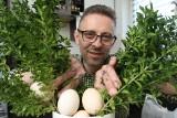 Tradycyjny żur i carpaccio z gotowanych jajek. Pomysłami na jajeczne przysmaki dzieli się znany kielecki kucharz Tomasz Pawlusek